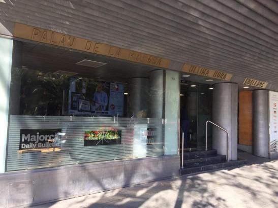 """Der Eingang zum """"Pressepalast"""" an Palmas Paseo Mallorca. Hier befindet sich die Redaktion von """"Ultima Hora""""."""