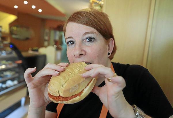 Hmmm! Lecker! Am besten warm genießen mit typischem mallorquinischen Aufschnitt wie Sobrasada. Diesen Samstag feiert Palma die Llonguetada.