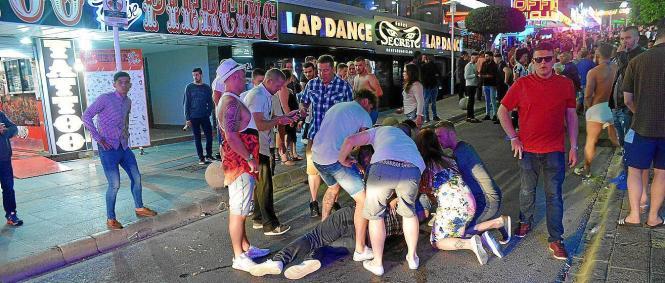 Sommerliche Szenen eines Alkohol-Exzessen im von britischen Touristen dominierten Magaluf (Gemeinde Calvià).