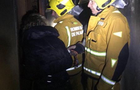 Auch drei Feuerwehrleute erlitten eine Rauchvergiftung.