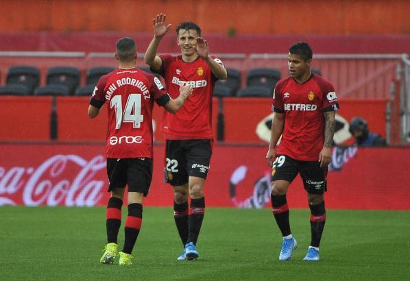 Die beiden spielten besonders stark: Dani Rodríguez gratuliert Ante Budimir zu einem seiner zwei Treffer.