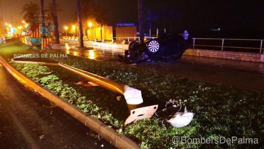 Das Auto kam in den frühen Morgenstunden von der Fahrbahn ab und überschlug sich, nachdem es gegen eine Straßenlaterne geprallt war.