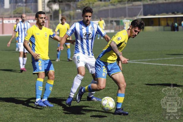 Hier hat es Atlético-Baleares-Kicker Alberto Villapalos gleich mit zwei Gelben zu tun. Er versucht, Joel den Ball abzunehmen, dessen Teamkollege Jesús Fortes schaut zunächst nur zu.