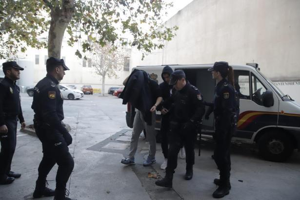 Einer der Verdächtigen wird abgeführt.