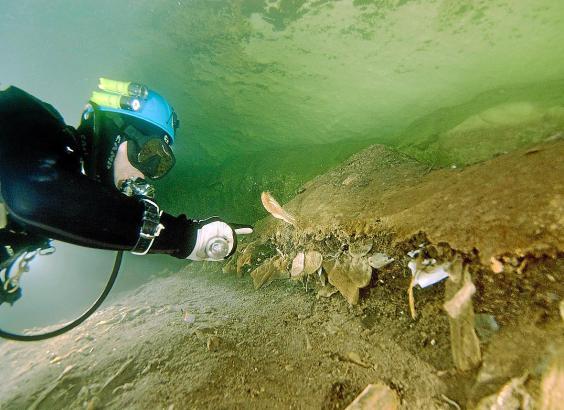 Höhlentaucher begutachten das Ausmaß der Verschmutzung.