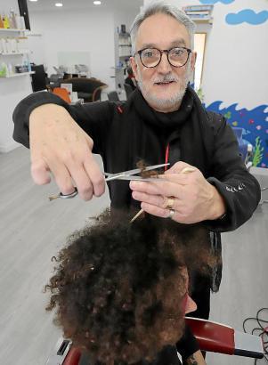 Der Verband der Friseure kritisiert das Geschäftsmodell der Billigfriseure, die ihre Plätze an Selbständige vermieten.