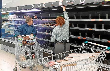 Gähnende Leere in den Supermarktregalen.