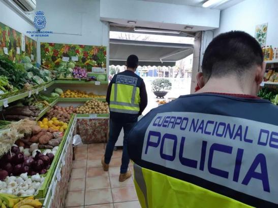 Polizisten in einem der beiden Fruchtläden.