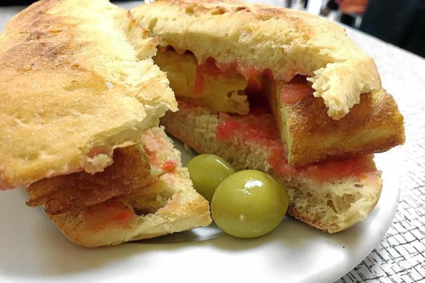 Lecker: Ein Llonguet mit gewürztem Tomatenmark und Tortilla.