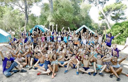 Besonders bei Schulklassen beliebt: Das Zeltlager auf der Halbinsel La Victòria im Norden der Insel.
