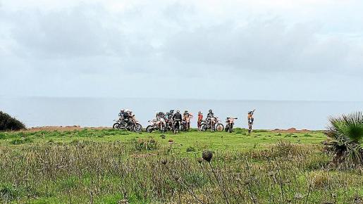 Wanderer fotografierten die Motocrossfahrer.