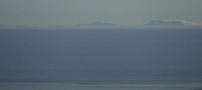Von Katalonien aus deutlich zu erkennen: die Silhouette Mallorcas.