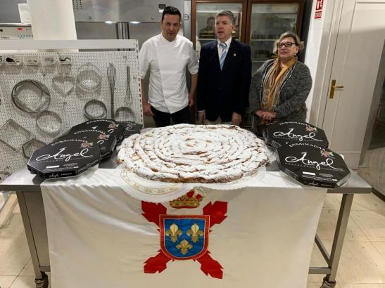 Bäcker Àngel, der Vorsitzend der Monarchiefreunde, José Fernández, und Mercedes Martínez mit der Riesen-Ensaimada.