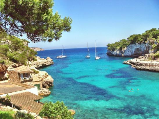 """Mit diesem Bild von der Cala Llombards auf Mallorca """"garnierte"""" Reiseveranstalter Alltours seine Pressemitteilung."""