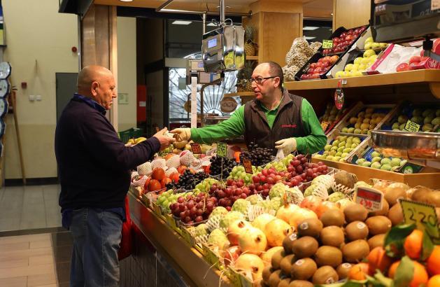 In Palmas Markthalle am Mercat d'Olivar gehen allerhand Südfrüchte über den Tresen.