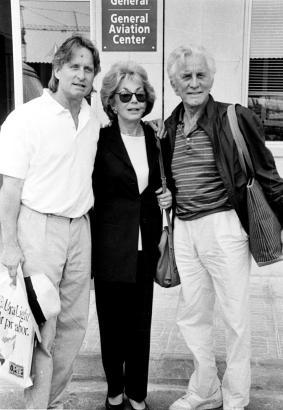Kirk Douglas samt seiner Frau Anne und Sohn Michael 1994 auf Mallorca.