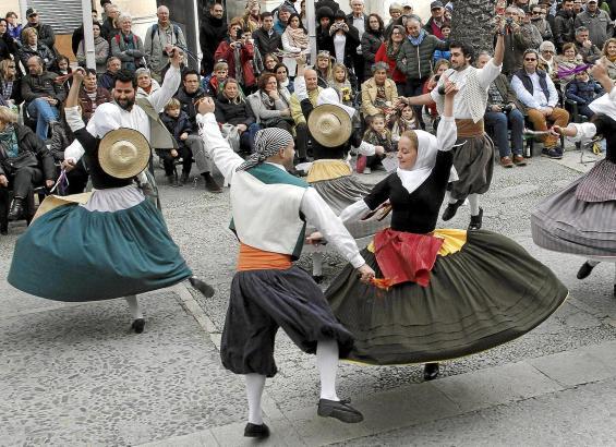 Freies Tanzen auf den Plätzen der Dörfer, aber auch der Städte ist sehr beliebt. Hier steht der Spaß im Vordergrund. Professioneller geht es bei Aufführungen zu.