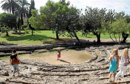 Die Reste des Amphitheaters von Pollentia.