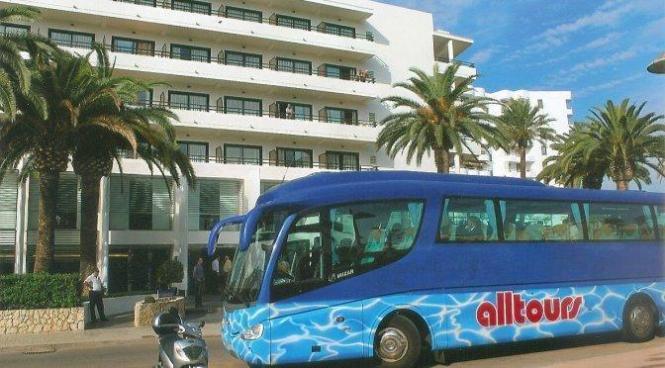 Alltours-Bus vor Mallorca-Hotel.