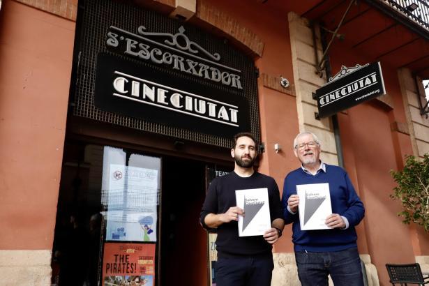 Javi Pachón (l.) und Rafa Goberna gehören zu den Machern von CineCiutat und werben für die Rettung des Kinos.