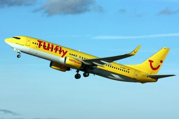 Blick auf einen startenden Tuifly-Jet.