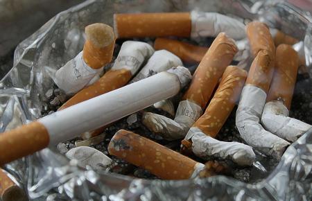 Viele finden das alles andere als anheimelnd: Zigarettenkippen.