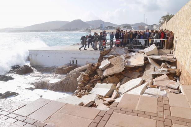 Blick auf den zerstörten Uferweg zur Cala Gat bei Cala Rajada.