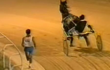 """In früheren Jahrzehnten war das Rennen """"Mensch gegen Pferd"""" ein beliebter Event."""