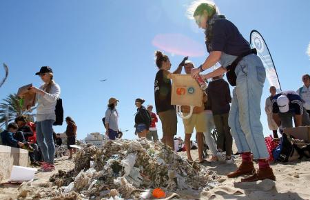 Müllsammler auf einem Mallorca-Strand.