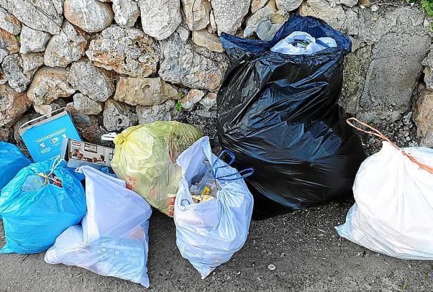 Auf Mallorca leider kein seltenes Bild: Müll wird wie hier in der Gemeinde Inca achtlos am Straßenrand entsorgt.