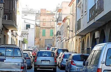 Es ist eng in den Gassen von Felanitx. Über 100 Strafzettel verteilte ein Polizist wegen falsch parkender Autos am vergangenen Montag.