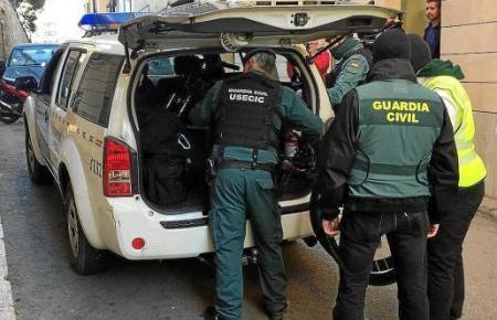 Das Archivbild zeigt den Abtransport von beschlagnahmten Dokumenten durch die Polizei auf Mallorca.