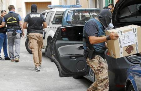 Beamte von Polizei und Finanzbehörden durchsuchten sechs Stunden lang das Luxusanwesen und transportierten kistenweise Unterlagen ab.