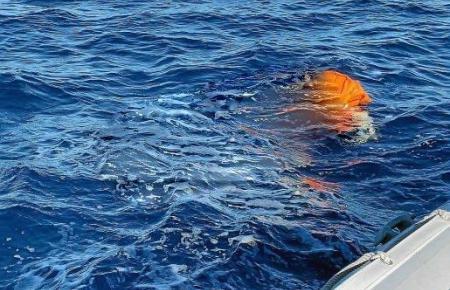 Das Foto mit dem tot im Wasser treibenden Mann ist retuschiert.