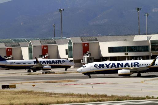 Das Archivbild zeigt zwei Ryanair-Maschinen am Flughafen Son Sant Joan in Palma de Mallorca.