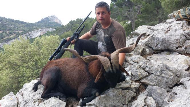 Jagd-Guide Rafael Binimelis Adrover mit mit einem erlegten 80-Kilo-Ziegenbock.