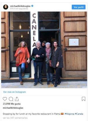 Michael Douglas am vergangenen Wochenende mit Freunden vor seinem Lieblingsrestaurant in Palma.