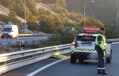 Der Fußgänger wurde durch den Aufprall getötet. Die Polizei sicherte die Unfallstelle ab.