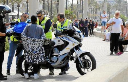 Das Archivfoto zeigt Polizeibeamte an der Playa de Palma bei der Kontrolle von mutmaßlichen Hütchenspielern.
