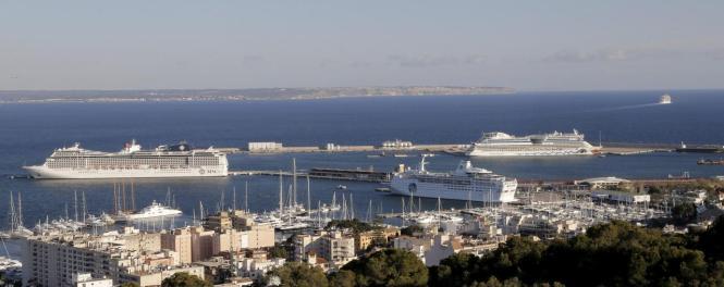 Das Archivfoto zeigt drei Kreuzfahrtschiffe im Hafen von Palma.