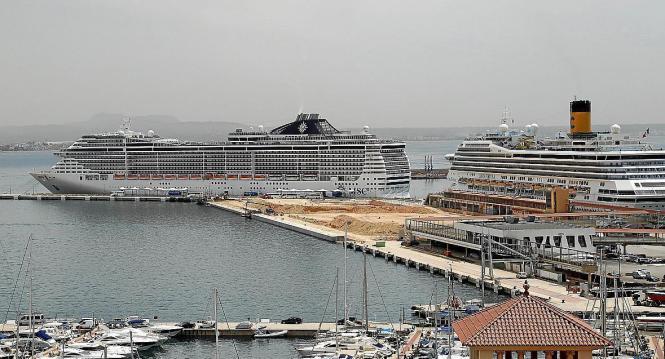 Teilweise liegen bis zu sechs Schiffe gleichzeitig im Hafen von Palma.