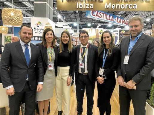Auf der Touristikmesse Fitur Ende Januar in Madrid gaben sich Balearen-Politiker und Hoteliers um Tourismusminister Iago Negueruela (3.v.r.) noch zuversichtlich für den touristischen Sommer, wenn auch mit kleinen Einschränkungen.