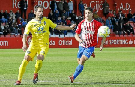 Eine Szene aus dem Spiel von Sporting Gijón B gegen Atlético Baleares. Links der Mallorquiner Pedro Orfila, rechts stürmt Gijóns Chiki heran.