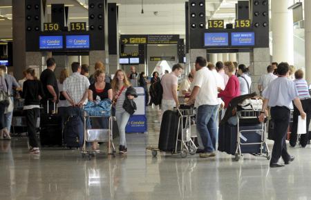 Touristen im Flughafen-Gebäude.