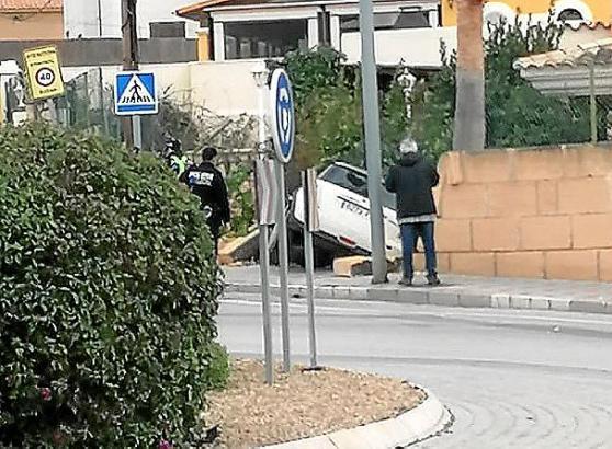 So endete die Unglücksfahrt in Peguera: Ein Pkw hängt im Vorgarten eines Hauses fest.