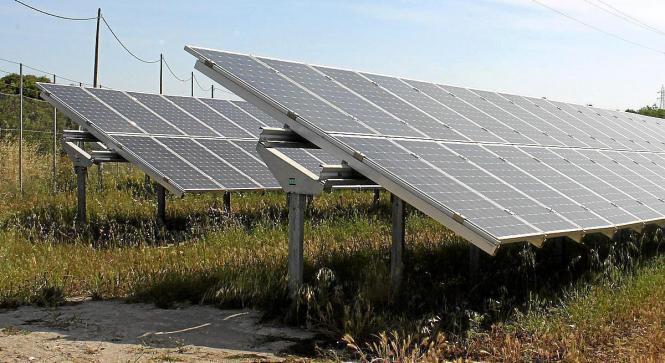 Solarpanele in der Landschaft.