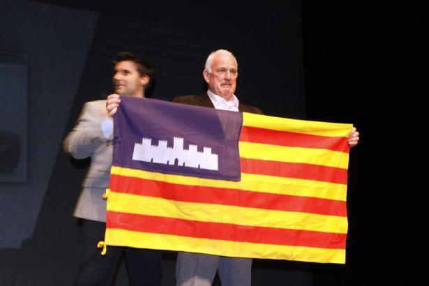 Sichtlich gerührt: Helmut Kalenborn mit der Balearen-Flagge. Im Hintergrund Joan Gibert.