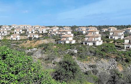 Blick auf die Siedlung an der Cala Romántica.