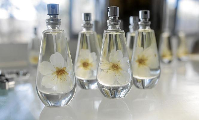 Bei Flor d'Ametler enthalten die Flakons auch eine echte Mandelblüte.