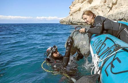 Hier holen Taucher Abfall und Müll vom Meeresboden nach oben.